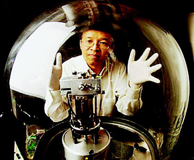陈刚与实验用的真空室。 (美国《世界日报》/取材自麻省理工学院网站)