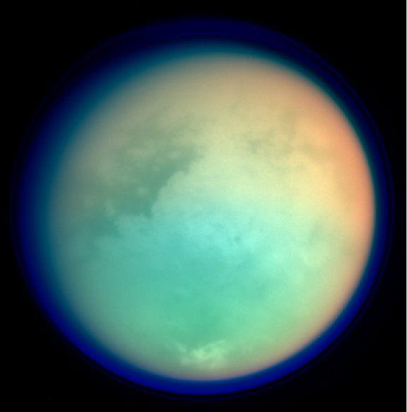 土卫六的伪彩色照片,展现了土卫六表面细节和大气状况。卡西尼号太空探测器摄于2004年11月26日