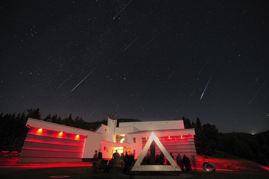 这张影像是拍摄于2010年8月12日的晚上,人们聚集在加拿大魁北克省南方的ASTROLab du Mont-Megantic,睁大眼的望着天空(Rémi Boucher拍摄)
