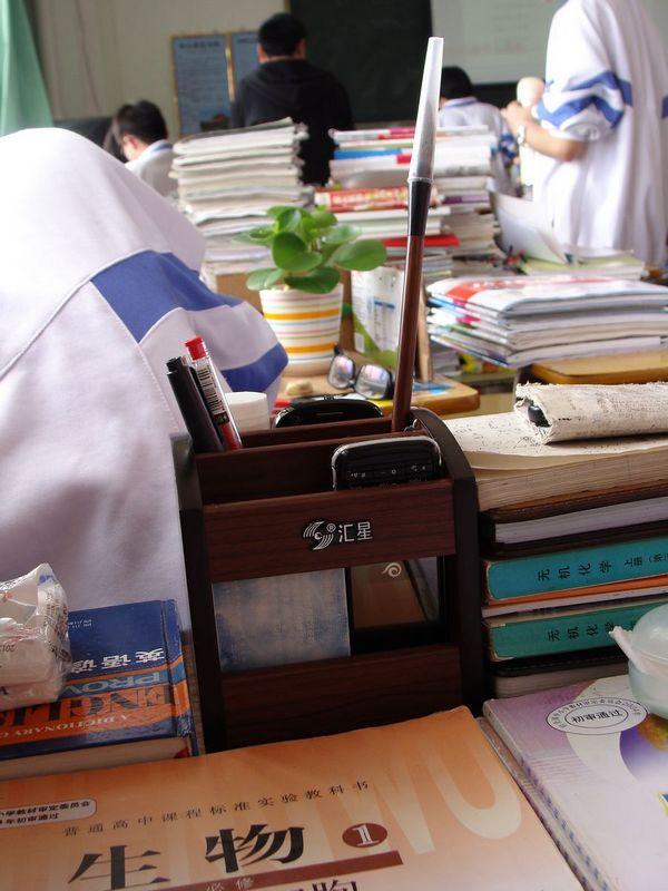 1-课桌上的笔筒.jpg