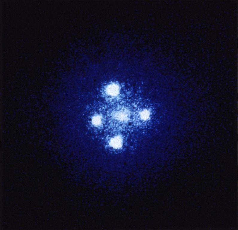 引力透镜效应造成的爱因斯坦十字